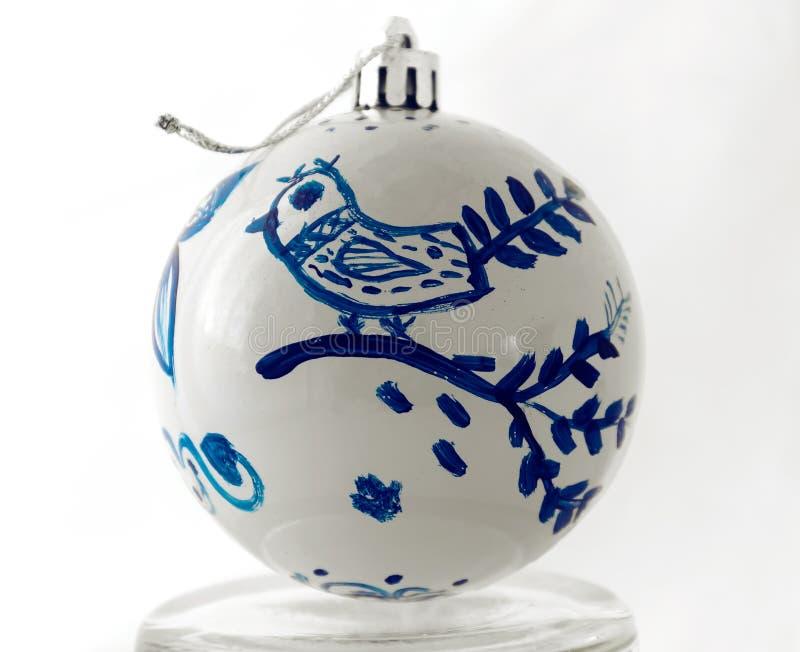 Bola do Natal feito a mão Pássaro feericamente azul pintado fotografia de stock