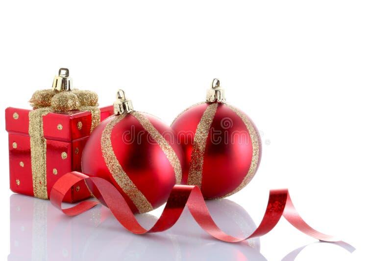 Bola do Natal isolada no fundo branco com espaço da cópia foto de stock