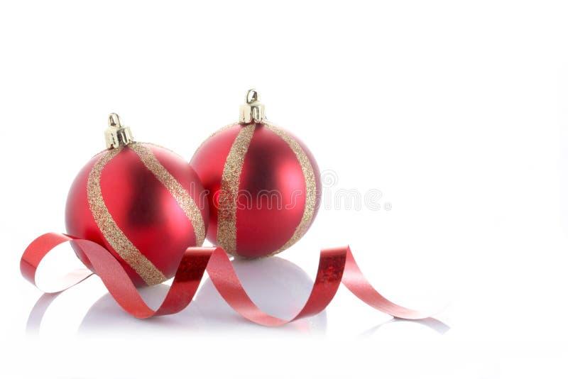Bola do Natal isolada no fundo branco com espaço da cópia foto de stock royalty free