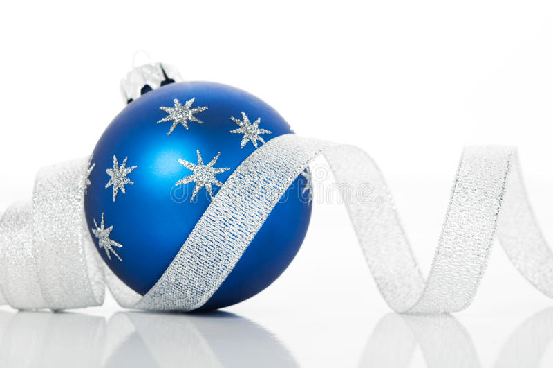 Bola do xmas e fita azuis da prata no fundo branco fotos de stock royalty free