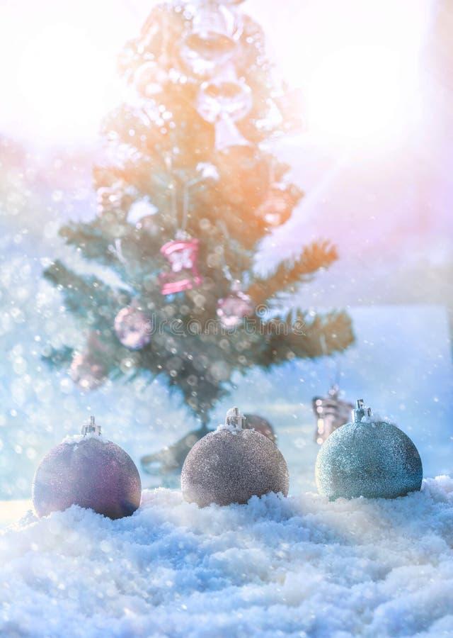 bola dos chrismas da fantasia na neve com backgr do sumário da árvore dos chrismas foto de stock royalty free