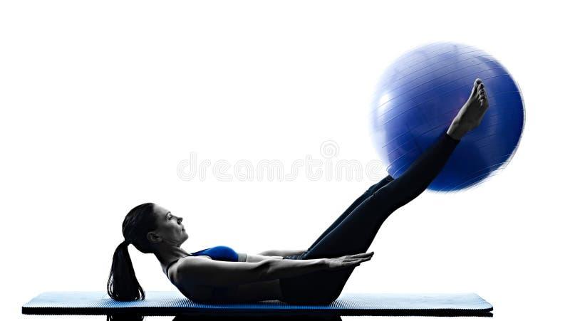 A bola dos pilates da mulher exercita a aptidão isolada foto de stock
