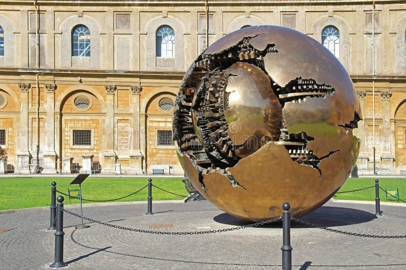 Bola dourada do mundo no Vaticano com grama verde Indicadores velhos bonitos em Roma (Italy) fotos de stock royalty free