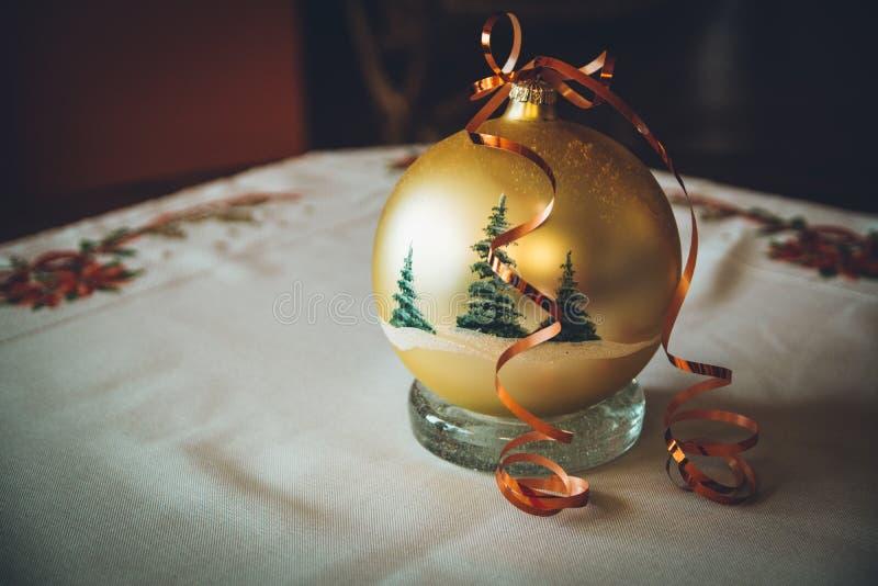 Bola dourada do Natal com árvores e veludo foto de stock royalty free