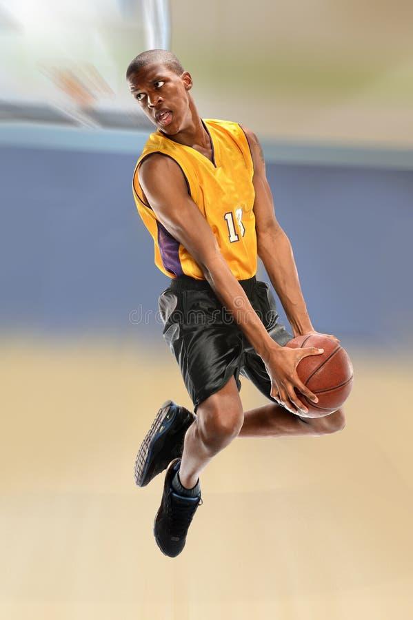 Bola Dunking do jogador de basquetebol imagens de stock