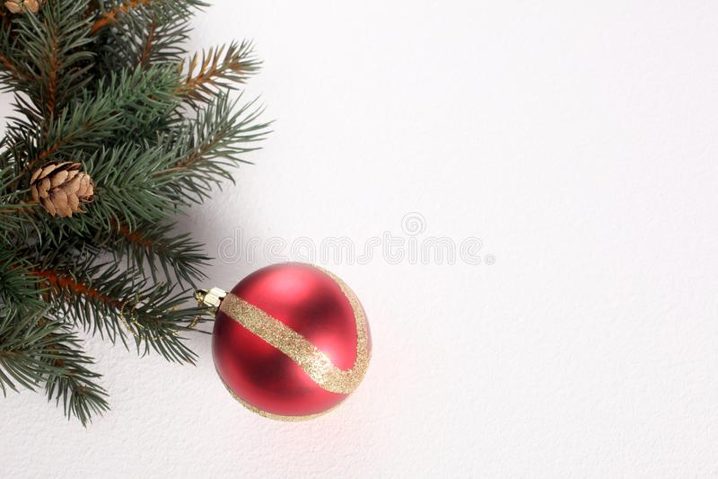 Bola e ornamento do Natal isolados no fundo branco com espaço da cópia fotos de stock