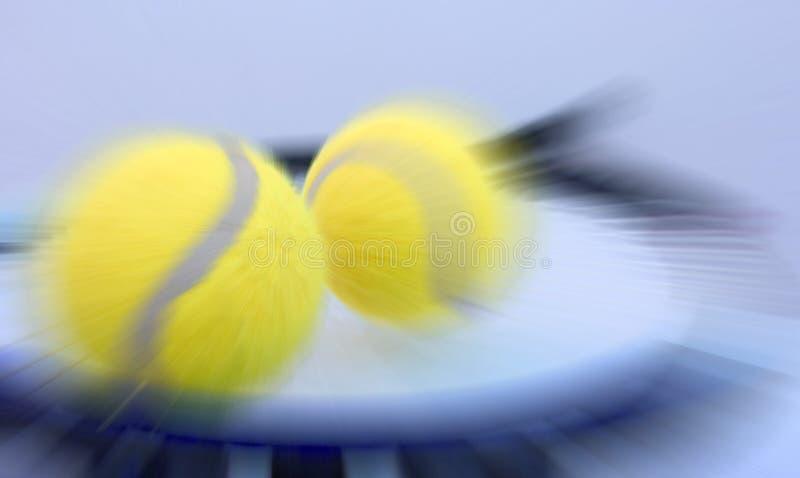 Bola e raquete de tênis foto de stock