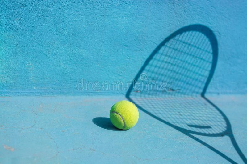 Bola e raquete de tênis na corte azul Conceito do esporte fotos de stock
