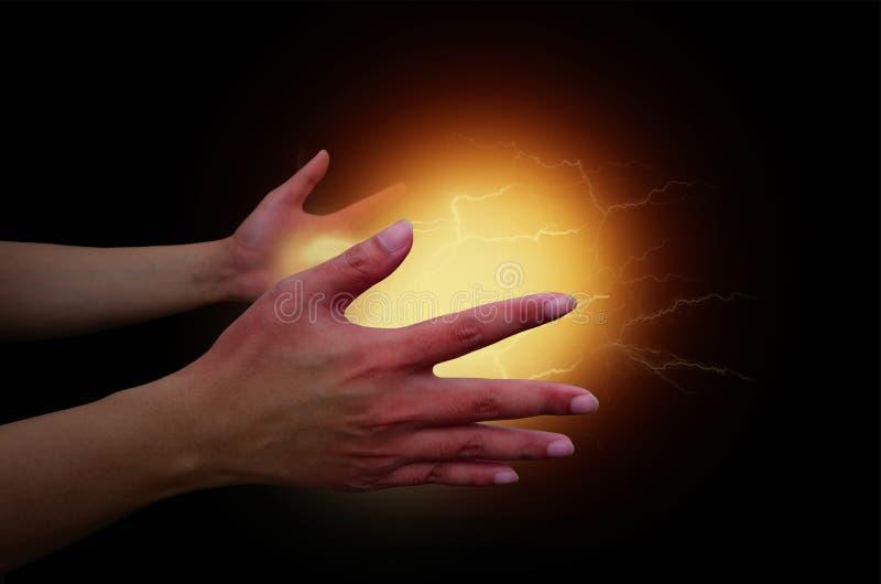 Bola elétrica do poder mágico em duas mãos do homem maravilhoso foto de stock