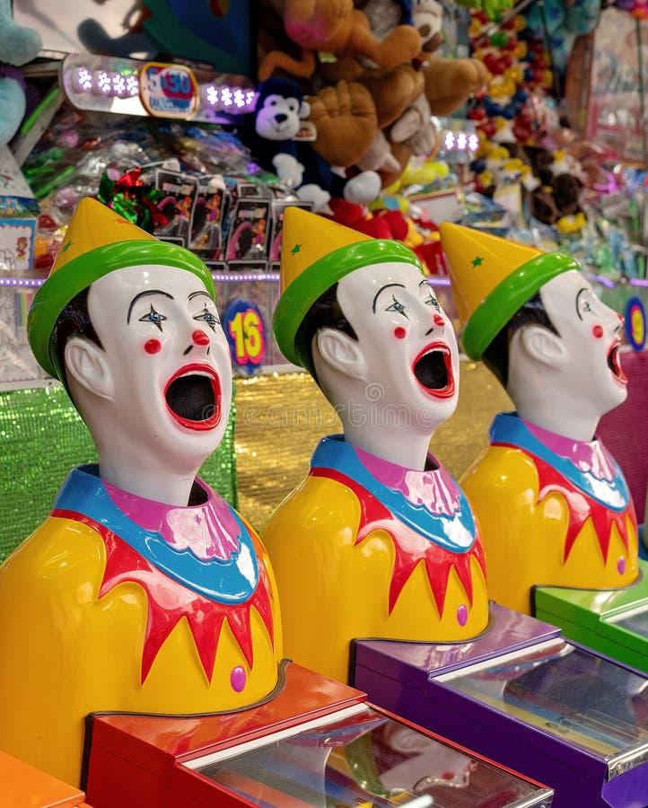Bola en la boca del juego de los payasos en un Funfair imagenes de archivo