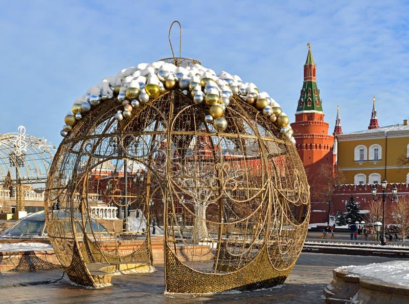 Bola enorme do Natal no quadrado de Manege na frente do Kremlin moscow imagem de stock royalty free