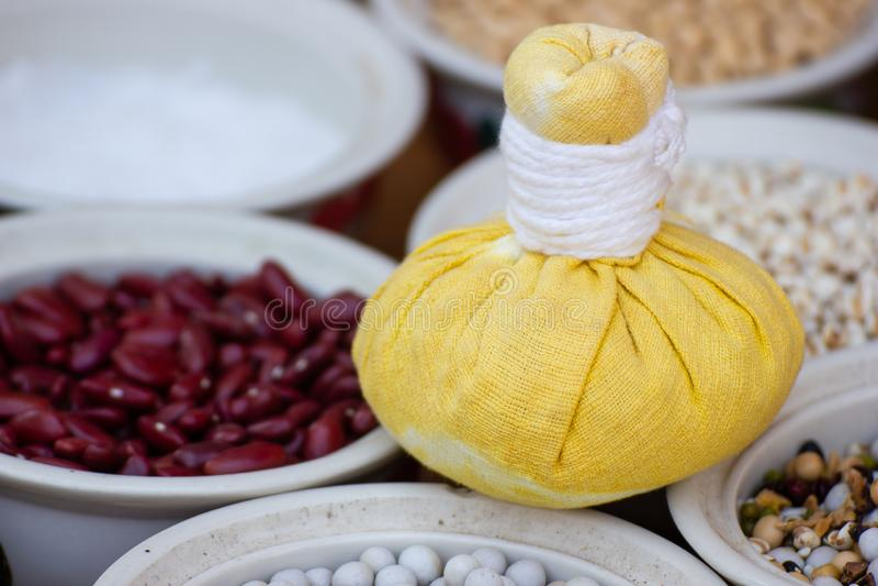 Bola erval da compressa para tratamentos tailandeses da massagem e dos termas com grupo de ervas fotos de stock