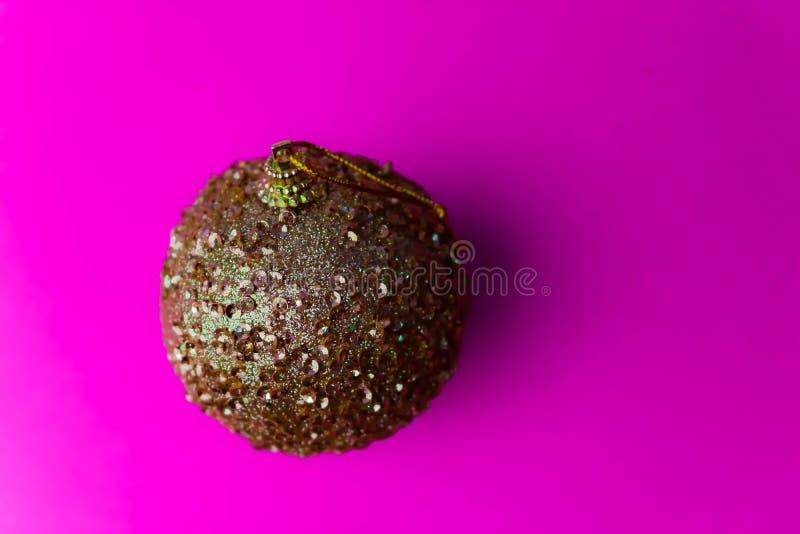 Bola festiva bonita decorativa brilhante esperta do Natal do xmas do inverno plástico de vidro pequeno amarelo dourado do círculo imagem de stock royalty free