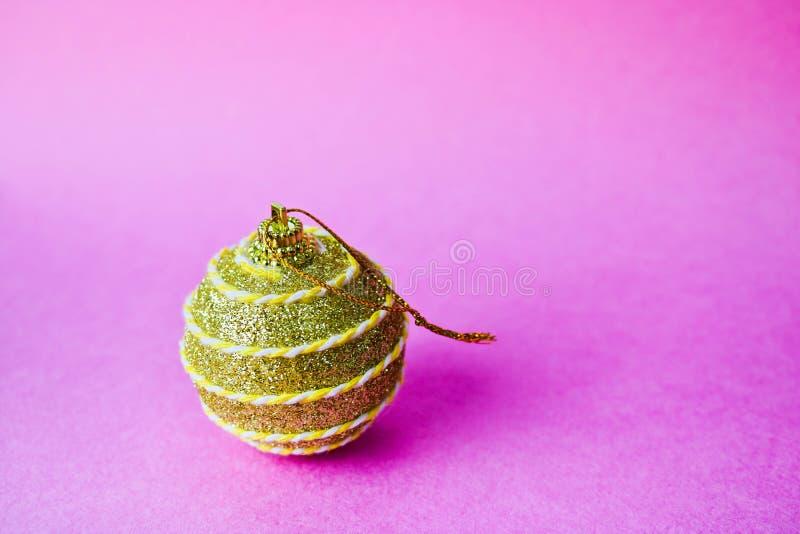 Bola festiva bonita decorativa brilhante esperta do Natal do xmas do inverno plástico de vidro pequeno amarelo dourado do círculo fotografia de stock royalty free