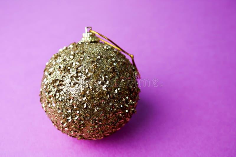 Bola festiva bonita decorativa brilhante esperta do Natal do xmas do inverno plástico de vidro pequeno amarelo dourado do círculo fotos de stock royalty free
