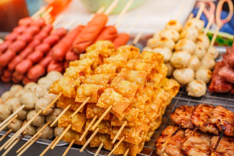 Bola frita del wonton y del cerdo, comida de la calle en el mercado foto de archivo