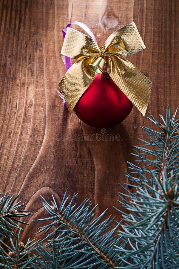 A bola grande e o ouro vermelhos do Natal coloridos curvam-se com ramos do abeto foto de stock royalty free