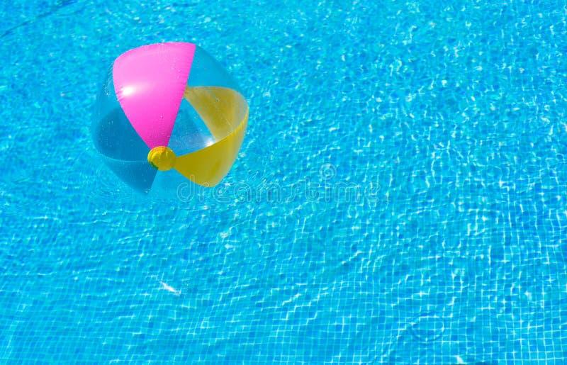 Bola inflável das férias de verão na água da piscina fotografia de stock