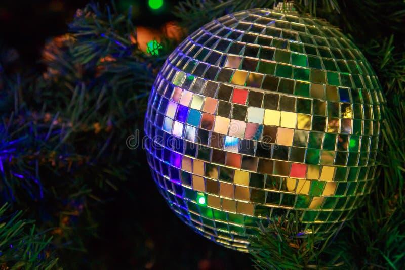 Bola mágica do Natal de partes do espelho em um fim artificial da árvore de Natal imagem de stock