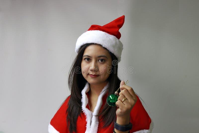 Bola mágica verde na mão do asiático Santa Girl Dress foto de stock