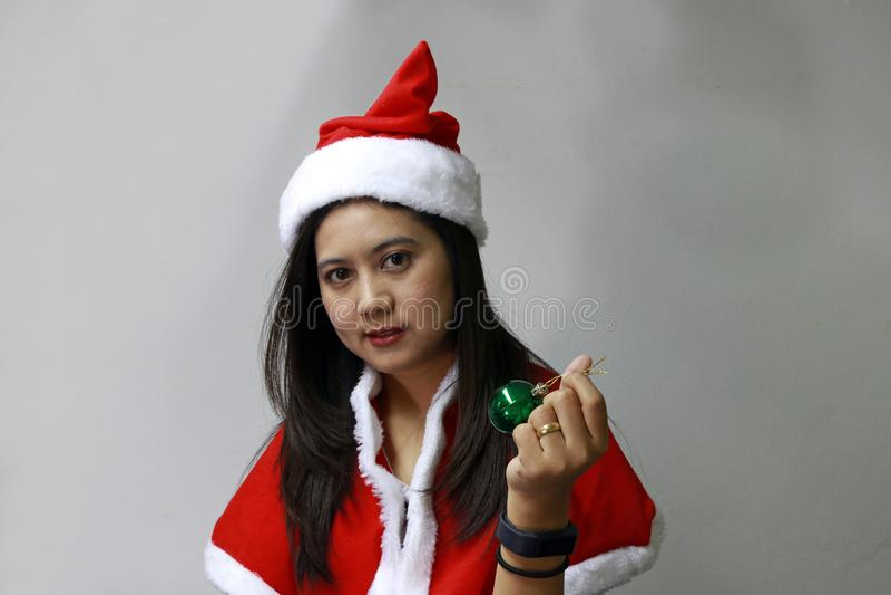 Bola mágica verde na mão do asiático Santa Girl Dress imagem de stock royalty free