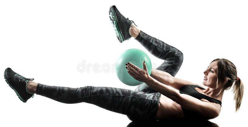 A bola macia da aptidão dos pilates da mulher exercita a silhueta isolada foto de stock