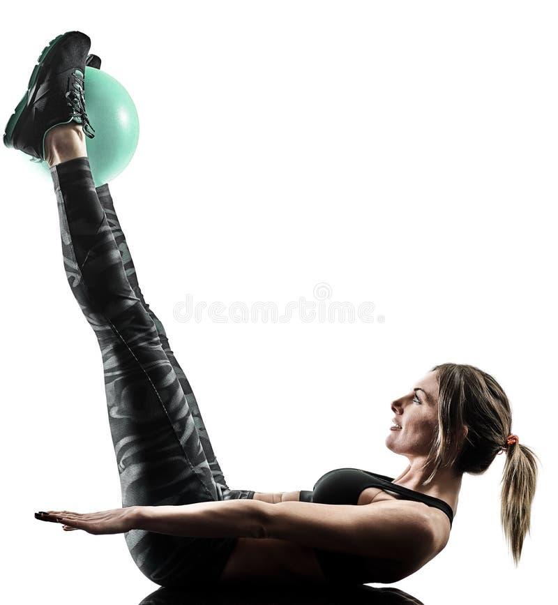 A bola macia da aptidão dos pilates da mulher exercita a silhueta isolada fotos de stock