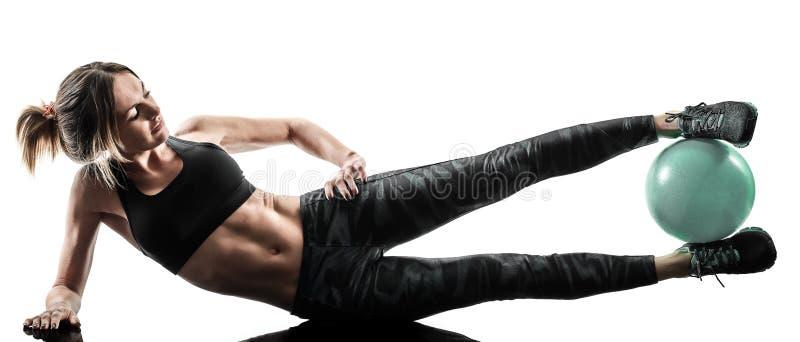 A bola macia da aptidão dos pilates da mulher exercita a silhueta isolada imagem de stock royalty free