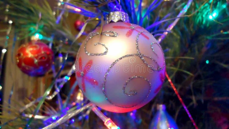 Bola maravilhosa bonita do feriado do ano novo que pendura em uma árvore do xmas imagens de stock royalty free