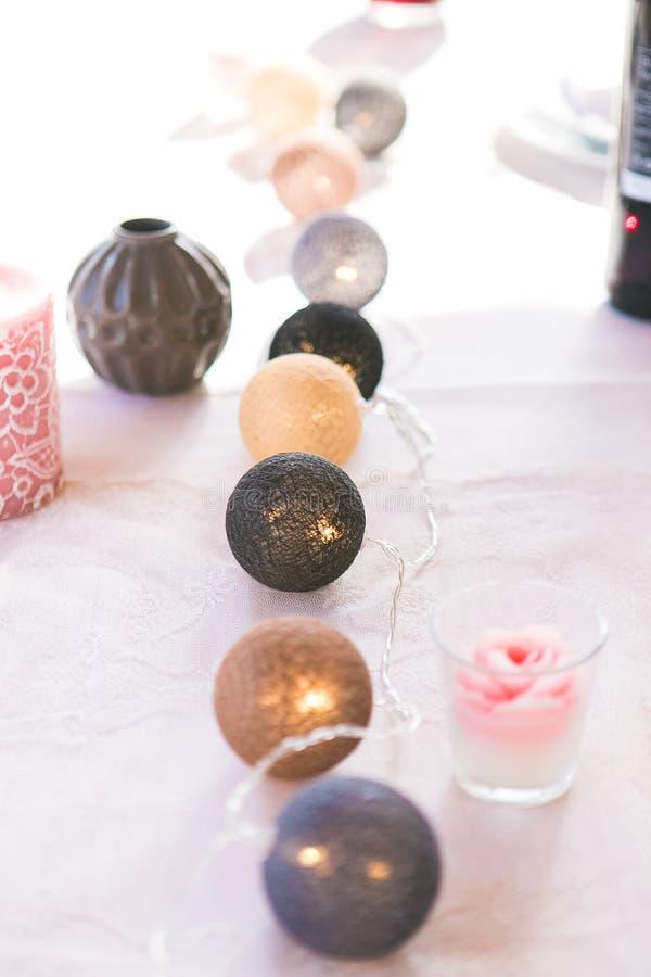 Bola multicolora de la guirnalda de la Navidad del algodón, florero, vela en vidrio en la tabla blanca Disposición de la decoraci imágenes de archivo libres de regalías