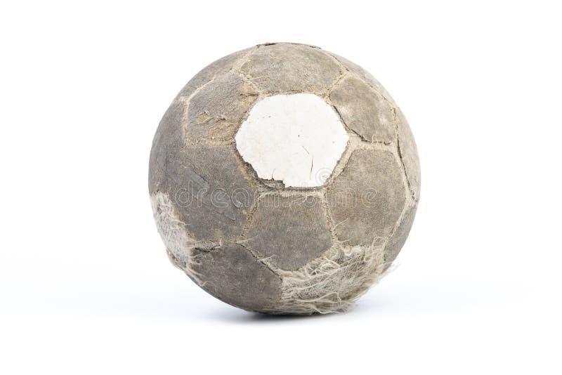 Bola muy vieja para el fútbol aislada fotografía de archivo