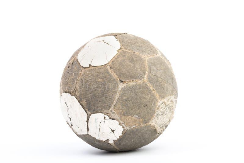 Bola muy vieja para el fútbol aislada fotos de archivo