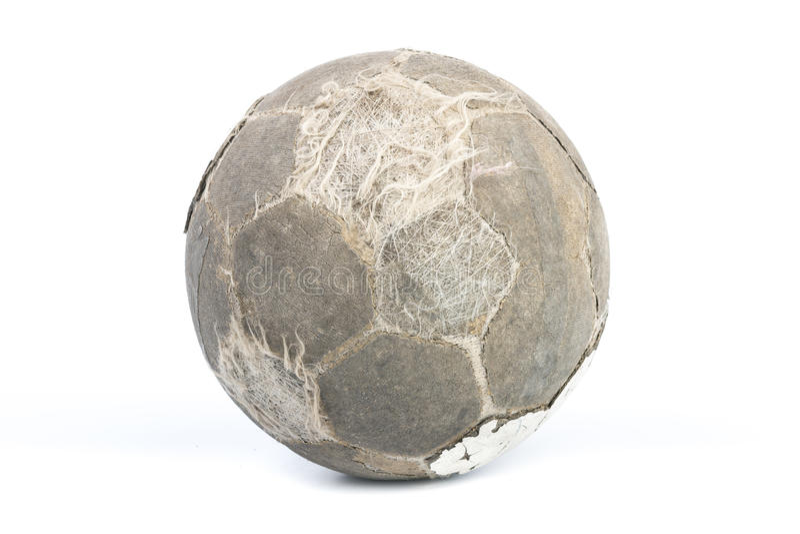 Bola muy vieja para el fútbol aislada imagenes de archivo