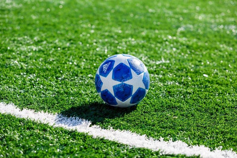 Bola oficial del partido del entrenamiento del top de Adidas Finale de la estación 2018/19 del UEFA Champions League en hierba imagen de archivo