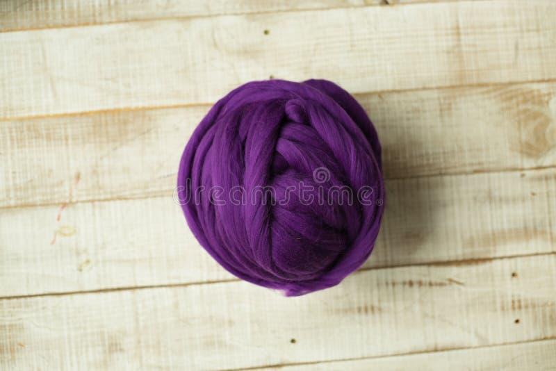 Bola púrpura de la lana merina imagen de archivo libre de regalías