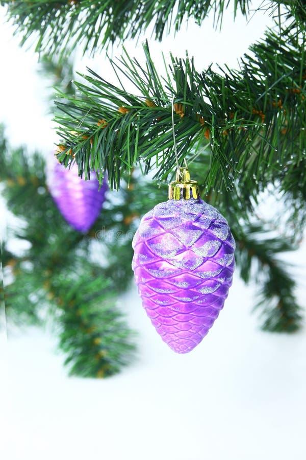 Bola púrpura de la Navidad fotos de archivo libres de regalías