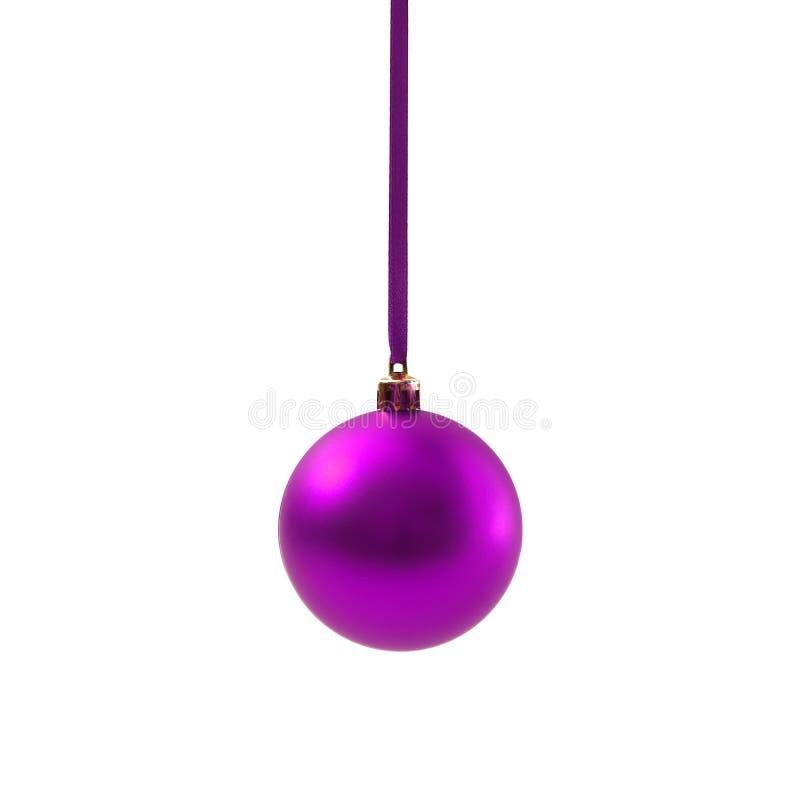 Bola púrpura de la Navidad aislada en Año Nuevo del fondo blanco imagenes de archivo