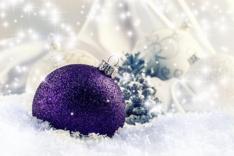 Bola púrpura de lujo de la Navidad con los ornamentos en el paisaje Nevado de la Navidad imágenes de archivo libres de regalías