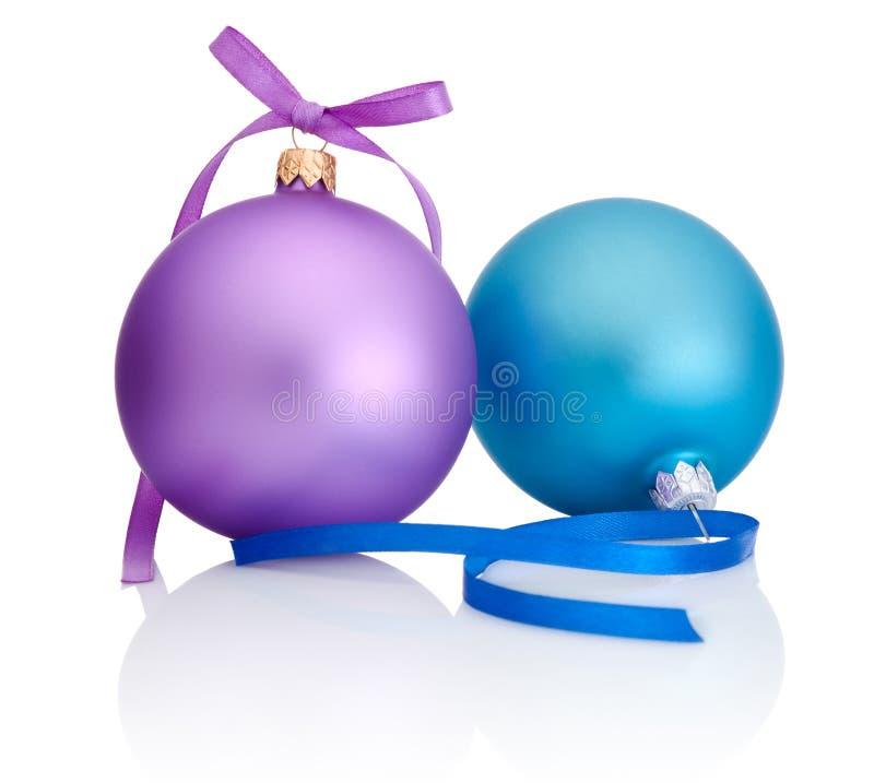 Bola púrpura y azul de la Navidad con el arco de la cinta en blanco foto de archivo