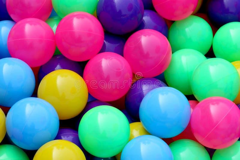 A bola plástica colorida para que as crianças joguem a bola no parque da água, teste padrão abstrato plástico do fundo da textura fotografia de stock