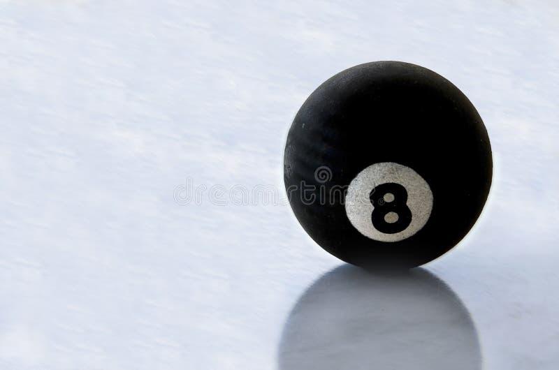 Bola preta número oito da associação na superfície do gelo imagens de stock