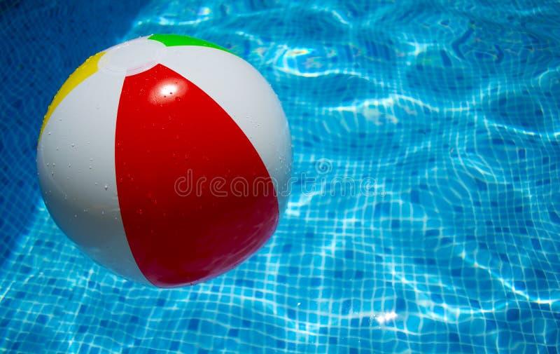 Bola que flota en una piscina imagen de archivo libre de regalías