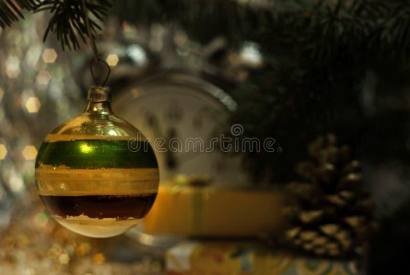 Bola rayada del juguete soviético de la Navidad imagenes de archivo