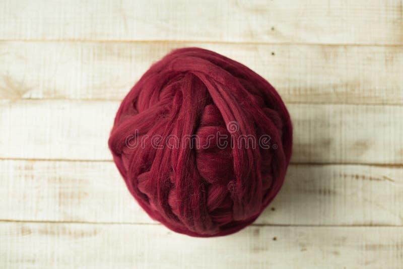 Bola roja de la lana merina imagenes de archivo