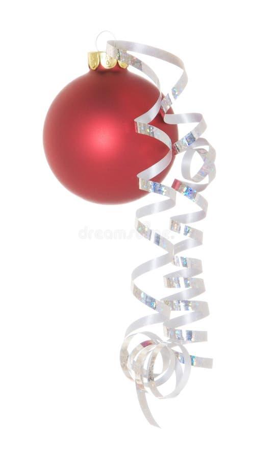 Bola roja de la Navidad con la cinta rizada imagen de archivo