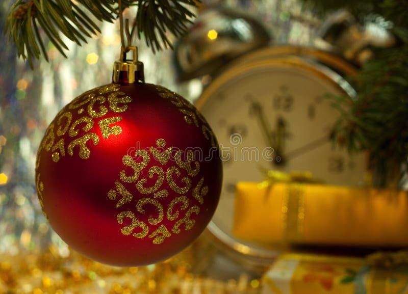 Bola roja de la Navidad en árbol de abeto fotos de archivo libres de regalías