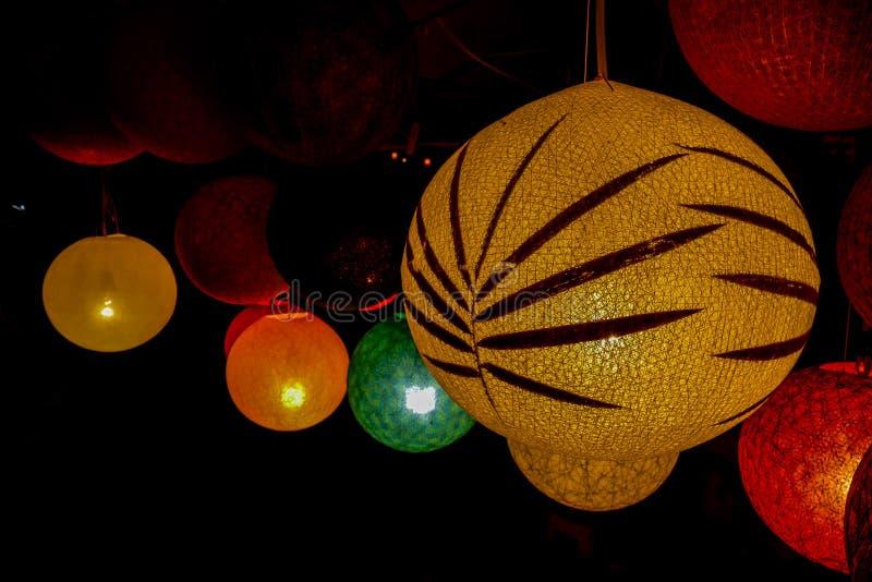 bola roja de la Navidad en el árbol, imagen digital de la foto como fondo foto de archivo libre de regalías