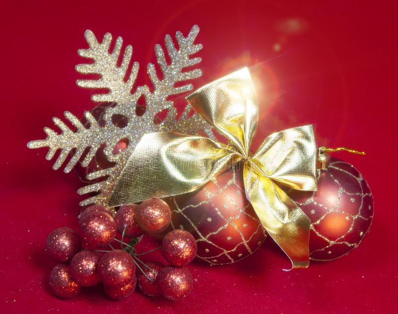 Bola roja del Año Nuevo, bayas decorativas y copo de nieve imagen de archivo