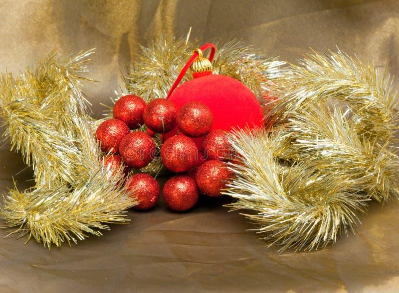 Bola roja del Año Nuevo, bayas decorativas y malla. Todavía de la Navidad vida fotografía de archivo