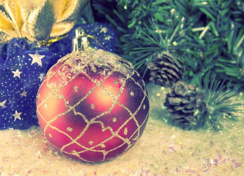 Bola roja del Año Nuevo, todavía de la Navidad tono de la vida imagen de archivo libre de regalías